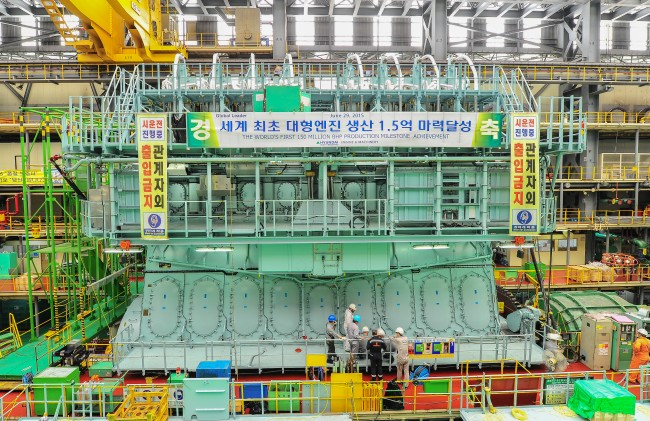 LNG를 연료로 하는 주 추진엔진인 ME-GI엔진. 현대중공업이 MAN디젤, 바르질라 엔진 등 해외 엔진 메이커와 협력해 2014년 12월 개발을 완료했다. - 현대중공업 제공